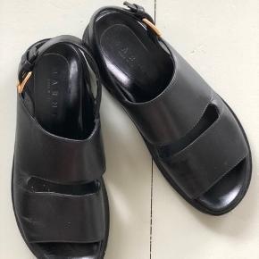 Smukke Marni sandaler i sort. Super behagelig sko, som jeg desværre ikke får brugt. Brugt under 10 gange