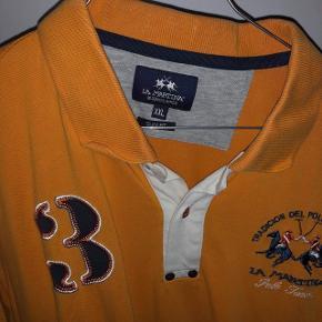 Orange polo fra La Martina i str. XXL/ fitter også en xl. Har et meget lille hul. Nypris 1300