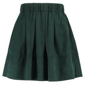 Fineste ruskindsagtige nederdel fra Moves i str. XS - fitter også small 💚 Den er brugt, men er så god som ny.