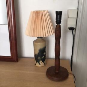 Smuk bordlampe. Flot med både skærm eller fx en stor pære i.  Lille fatning. 32cm høj.  Flot stand   🌼 nedslag i pris ved afhentning inden 1. Maj, da jeg skal flytte.  Tags:  Retro  Bordlampe  Teak