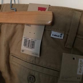 Sælger disse mega fede chinos fra Levi's da jeg desværre ikke passer dem. De er helt nye og med mærke.   Str.: W27 Mener nyprisen var 800 kr.