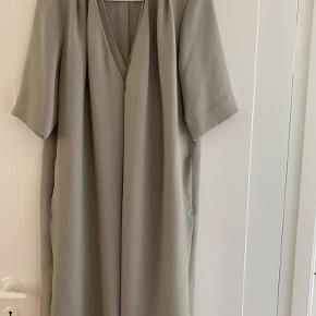 Super flot klassisk grå kjole med fint dobbeltlag ved V-hals udskæring