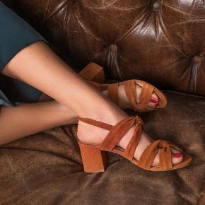 Brand: Anaki Varetype: Heels Farve: Cognac Oprindelig købspris: 1200 kr.  De smukkeste/nye heels i det blødeste gedeskind, føles som velour  Fra nyeste kollektion   Farve: Brandy