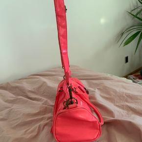 Tager imod bud. Super cute taske fra Dunlop! Tasken er i pink og er mini-udgave af deres populære sportstaske. Sidste billede viser størrelsesforhold 🌸