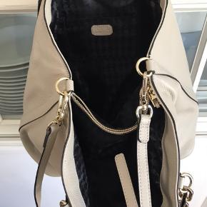 Rummelig taske med to store rum, afskilt af mindre lynlås rum. Kan også bruges cross body da der er lang rem med.