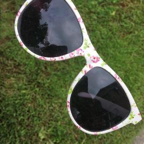 Solbriller med blomster mønster købt i England Brugt få gange som nye  Spørg gerne for flere billeder ☀️☀️🐝  Kom gerne med bud og tjek mine andre annoncer, sælger ud af en masse tøj, da det desværre er blevet for stort ✔️🙋🏼♀️   Er altid klar på en hurtig handel ☺️🌸