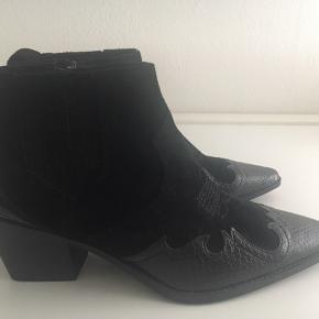 Kort cowboy støvle i str. 38. I ægte læder,- lynlås så de er super nemme at komme i. Hælen måler 6 cm.   Aldrig brugt