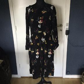 🍁🍂👘Beautiful autumn dress  with long sleeve, over knee length.