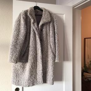 Super fed oversize frakke fra Samsøe Samsøe i str. M. Modellen hedder Hoff og er i 48% uld og 52% polyester 🐏 frakken er fluffy og lækker, dejlig blød og pjusket. Den har lidt uundgåeligt fnuller, og kunne godt trænge til en rens, men er ellers i pæn stand! ❄️ Dejlig varm, jeg har brugt den om vinteren uden problemer. Modellen sælges stadig hos Samsøe, min er dog fra sidste sæson.   Bemærk - afhentes ved Harald Jensens plads eller sendes med dao. Bytter ikke 🌸  💫 Frakke uldfrakke vinterfrakke vinter uld jakke uldjakke Samsøe