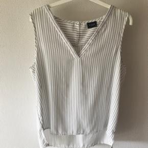 Sød skjorte fra Vila. Sort og hvidstribet. Str. Xl.  Sender gerne - køber betaler fragt  BYD