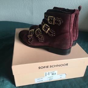 Sofie Schnoor str. 38 fejlkøb, brugt en gang, som spritnye om nye. Burgundy farve med guld hardware