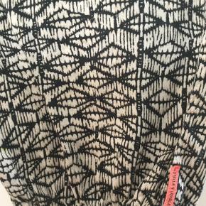 Varetype: Andet Farve: Sort,Råhvid Oprindelig købspris: 899 kr.  Løse afslappede Viscose bukser i god kvalitet. Bukserne har elastik i siderne af  linningen og i buksebenene forneden.