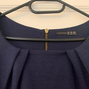 Stoffet er lidt fnugget, men ellers er kjolen fin.