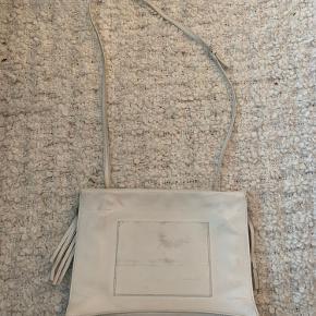 Tasken er købt over Vestaire Collective. Den er lidt beskidt bagpå, men ellers fremstår tasken som ny. Jeg har aldrig selv brugt den.