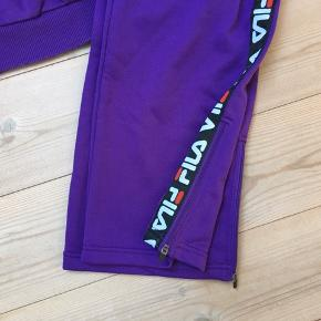 Super flot sæt fra Fila i str M. Bukserne er aldrig brugt. Sweatshirten er brugt 3-4 gange.   Jeg bytter ikke.