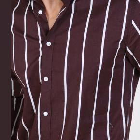 Skjorte fra Clean Cut Copenhagen. Farve: Bordeaux med hvide striber.  Kun brugt én enkelt gang!  Nypris: 500,- Mp. 120,-