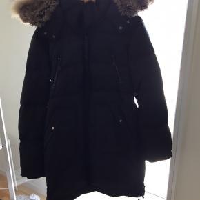 Dejlig varm vinterjakke fra modström, str. Large. Brugt en sæson og fejler intet! Der er gode store lommer, og den kan lynes om i siderne hvis man skal cykle i den. Pelsen er lynlås aftagelig, dog ikke det pels inde i hætte. 100% ægte pels. Nypris 2500.