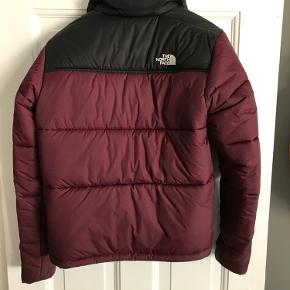 Sælger denne North Face jakke i str. S.  Købt i 2019 i London (kvittering haves ikke).  Bytter ikke!   Der er ikke mulighed for at prøve den eller afhente grundet corona.    Porto betales af køber.   BYD
