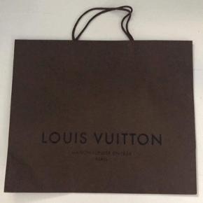 Ægte Louis Vuitton pose sælges. Den måler 40*50 cm.   Tjek mine andre annoncer! Jeg har fx ting fra Ganni, Acne Studios, Burberry, Comme des garcons, Gucci og By Marlene Birger.