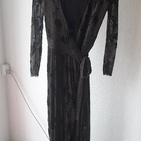 Smuk guldglimmer slå-om kjole, brugt to gange. Med sorte fløjlsblomster / burnout-mønster. Også fin til XL, måske med en top indenunder. Maxi længde.