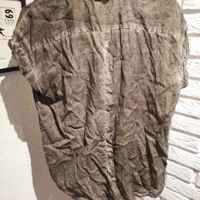 Sælger denne fine grå/hellige skjorte/top fra Coster Copenhagen i str. 36. Den et brugt en smule og brugsspor kan forekomme.