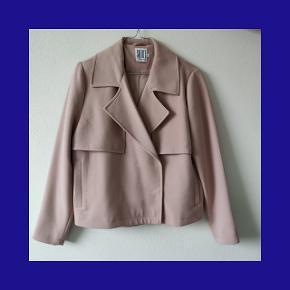 Varetype: Blazer Størrelse: S Farve: Rosa  Skønneste Blazer fra Saint Tropez, aldrig brug.