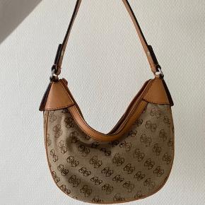Vintage guess taske. Er i virkelig god stand - ingen ridser eller slitage.