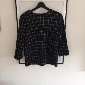 Fin bluse fra minimum - str. Ikke oplyst men vil sige det er en M. BYD!