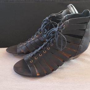 Flotte sandaler med kilehæl   Brugt en gang