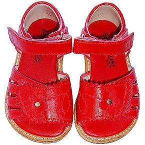 Varetype: Sandal str 20 Farve: rød Oprindelig købspris: 700 kr.  Sød rød skindsandal fra Angulus brugt en enkelt gang på grund af årstiden og som ny.  porto 33 kr