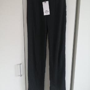 Brand new pants from Zara Trafaluc. Material 99% polyester, 1% elastan. Waist is elastic.