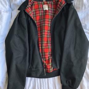 Jakke fra Urban Outfitters i størrelse S/M  Byd gerne. Perfekt jakke til overgangsvejr
