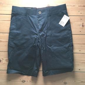 Et par helt nye og lækre sommershorts i mørkeblå, regular fit. Nypris 99,00. Min pris 50 kr.   Se også mit andet par shorts, jeg har til salg :)  Afhentes på Nørrebro, Frederiksberg eller indre by, København.