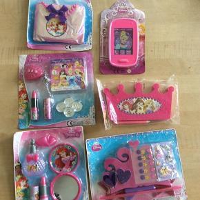 Disney prinsesse accessories Sælges for 16 kr stk, porto 20 kr med PostNord. Sælges gerne samlet for 80kr, porto DAO 36kr.  Sendes med DAO eller evt PostNord ved enkelt stk. Kan evt afhentes i Kbh K ved forudbetaling.