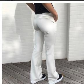 Helt nye bukser, stadig med mærke.  Sælges da jeg ikke kunne passe dem😩 Byd løs