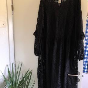 Så smuk kjole fra YAS, med underkjole.