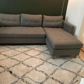Sofaen er to år gammel, og næsten ikke brugt. Den sælges fordi, jeg ikke længere har plads. Den er købt i jysk og nyprisen var 4500kr.