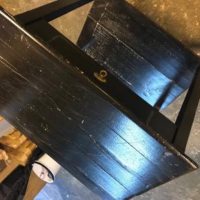 tobaksbord meget charmerende ting at have stående i hjemmet med diverse nips - målet sort men lavet i fyrtræ  Byd endelig