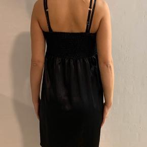 Only silkekjole. Med elastik omkring brystet og løst forneden. Brugt 1 gang - som ny.  Kan sendes med DAO på købers regning.