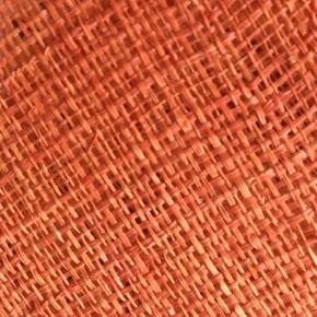 Rustrøde dækkeservietter i naturmateriale (bast?)