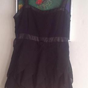 Varetype: Fin kjole med flæseStørrelse: 164 - 13/14 år Farve: Sort  Fin kjole med flæse max brugt et par gange i str. 164 fra H&M.  Hel længde ca. 83 cm målt med stropperne.  Mindsteprisen er kr. 100+ Porto.  Jeg bytter ikke.