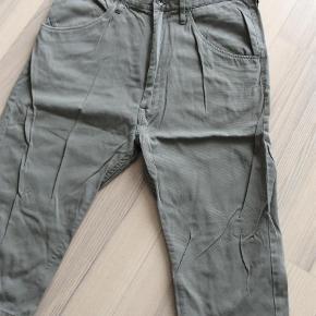 Fra Tiger of Swedens Jeans serie. Str. 30. I kraftigt rillet stof i en smart baggy model. Aldrig brugt.   Knickers Farve: Grålig