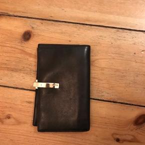 Lækker pung fra Esprit, med massere af rum og plads til kort