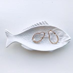 Smukke øreringe i guld med en perle på hver 🌿 de er rimelig store, men ikke vildt tunge. Smukke statement øreringe - ikke ægte guld, og ikke ægte perler ✌🏼🌸   Bemærk - afhentes ved Harald Jensens plads eller sendes med dao. Bytter ikke 🌸  ⭐️ Ørering øreringe guld perler perle guldøreringe