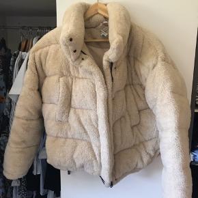 Dejlig varm teddy jakke. BYD