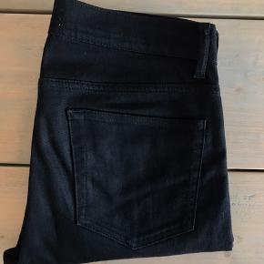 """Jeg sælger et par lækre sorte jeans fra mærket Acne Studios.  Bukserne er størrelse 30/32.  Modelnavnet er """"Ace Stay Cash"""". Den sorte farve på denne model falmer ikke, således at de forbliver flotte sorte på trods af vask og brug.  De fejler absolut ingenting og fremstår i meget flot stand.  Hvis I har yderligere spørgsmål eller ønsker flere billeder tilsendt, er I mere end velkomne til at skrive :-)"""