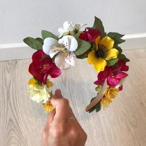 Unik blomster hårbøjle fra #genfødt. Der findes kun denne og den har aldrig været brugt.
