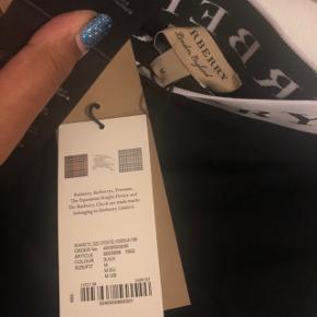 Sorte stretch shorts, som sidder til.  Stor i str, svarer til L.  Matchende top med Burberry logo sælges også, både i neon gul og i sort.
