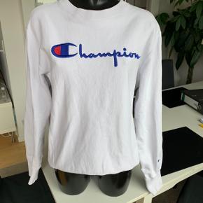 Sælger min champion sweater da den ikke sad som ønsket, så får den ikke brugt. Købt over TS Fitter en medium/oversized small Der er en lille plet på ryggen,(billede 3) men det er ikke noget man lægger mærke til