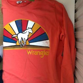 Koral/rød sweatshirt fra Wrangler i størrelse xs (kan også passes af small). Vasket én gang og brugt max 3 gange, så standen er perfekt.